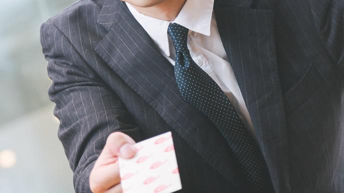 片手で名刺を渡すマナー違反の男性