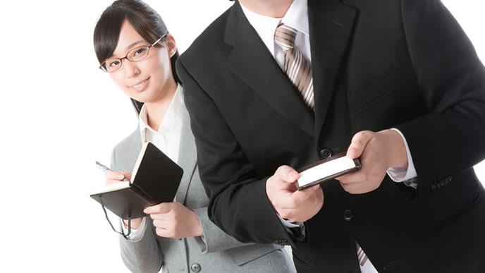 新入社員の名刺マナーをチェックするベテラン社員