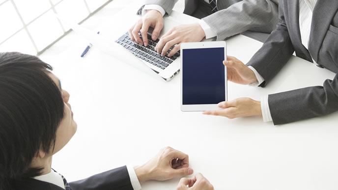 タブレットを使い商談する男性