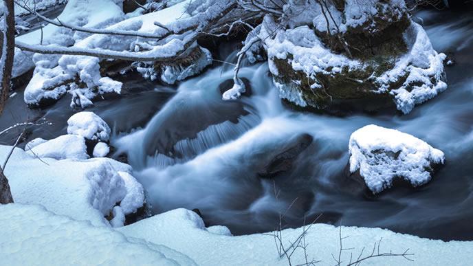 雪に覆われた東北の渓流