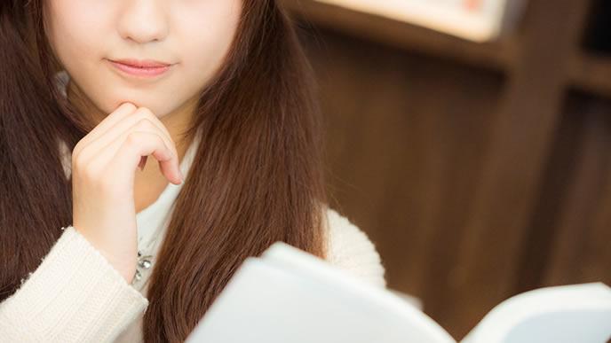 親しい人に書く手紙の時候の挨拶を考える女性