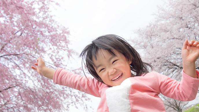 綺麗な桜を目の前にして大喜びの子供