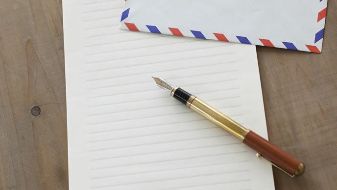 手紙を書くための紙と万年筆