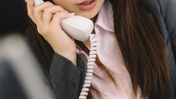 クライアントに電話するキャリアウーマン