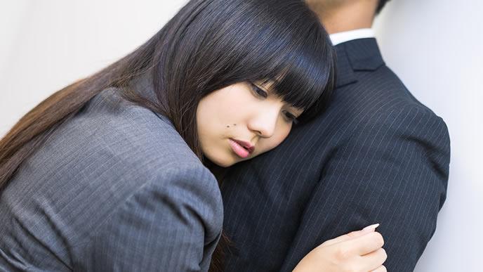 彼氏に抱きつく社内恋愛中のカップル