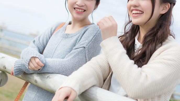 友達と旅行することが趣味の女性