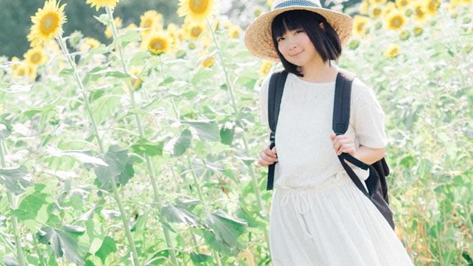 ひまわり畑を歩く心が晴れやかな女性