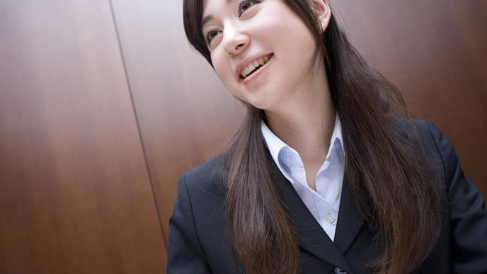 雇用保険の制度について説明する女性