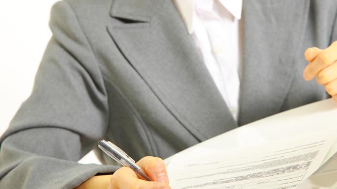 雇用保険の詳しい説明をするハロワ職員