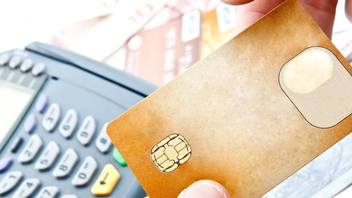 クレジットカードで買い物する社会人