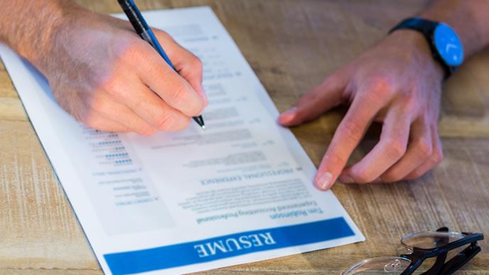 履歴書を書く海外の求職者
