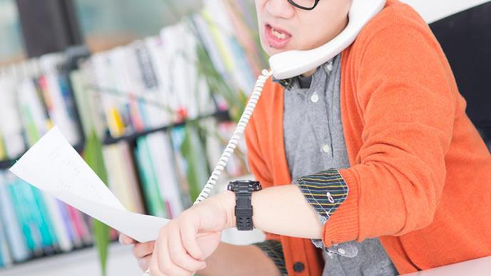 電話対応に追われるリーダー