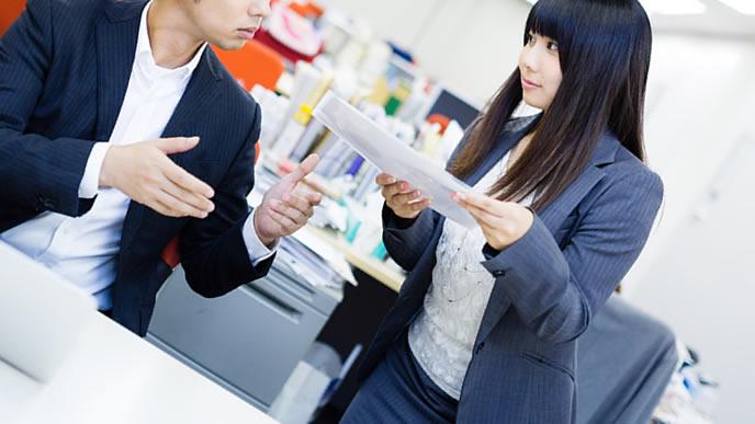 書類と一緒に脈ありサインを送る女性社員