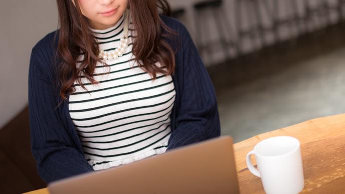 面接予定変更のメールを送信する女性