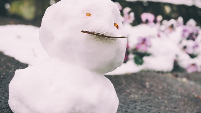 冬に作られた融けかけの雪だるま