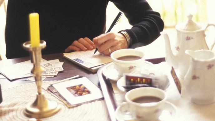家族に手紙を書く男性