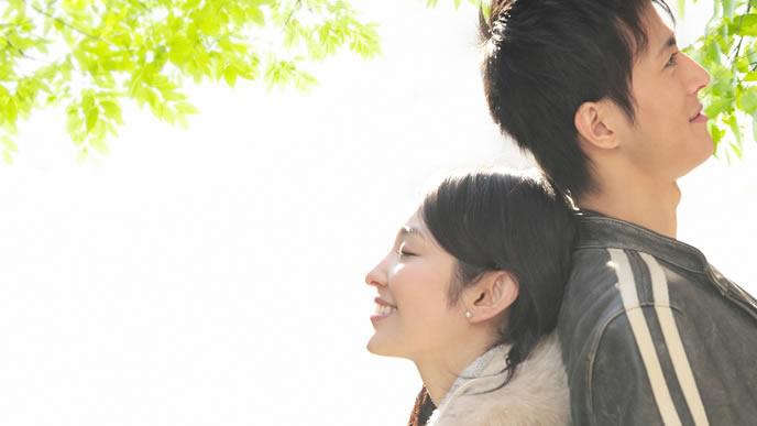 結婚報告のタイミングを考えるカップル