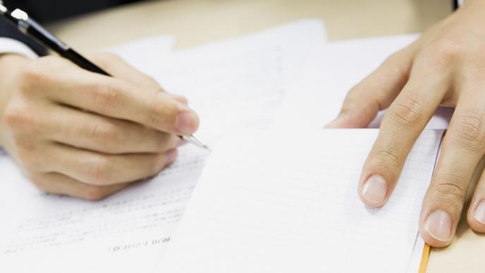 申請書類を記入する男性