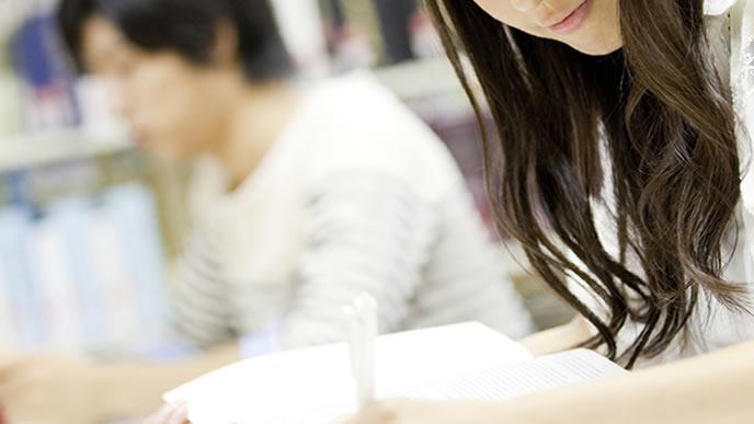 奨学金で大学に通う女性