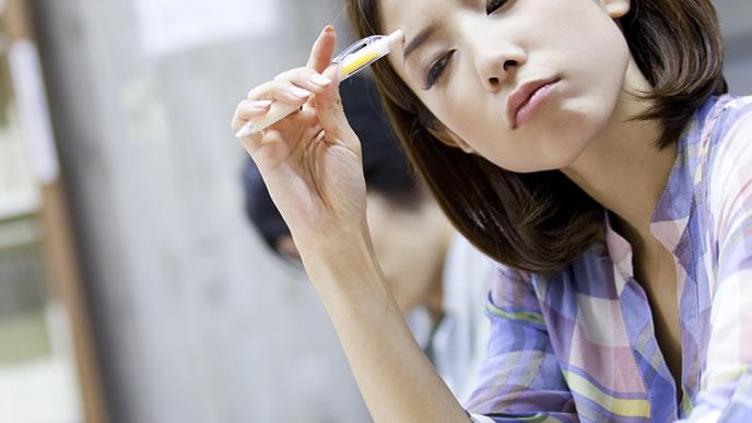 留年中の学費の捻出に頭を悩ます女性