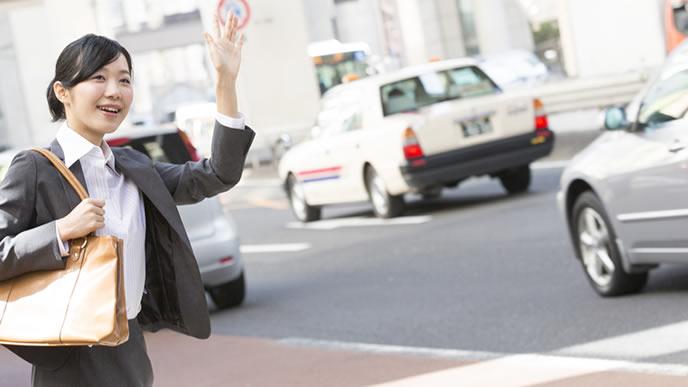 タクシーを止め営業に向かう女性