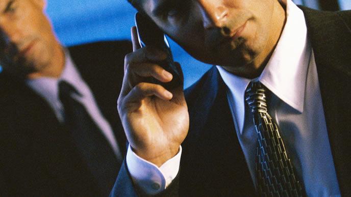 日本の会社へ電話をかけるビジネスマン