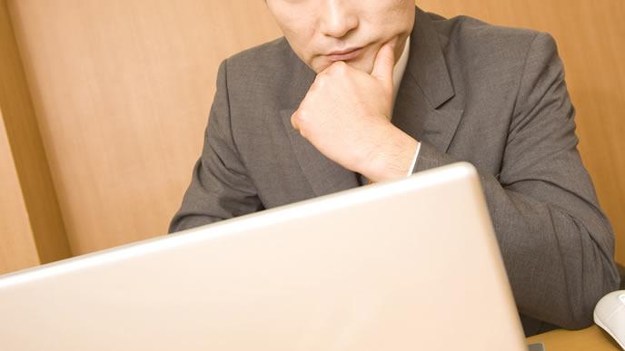 転勤拒否の理由を検索する男性