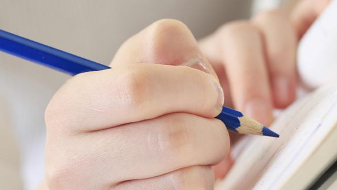 筆記試験の過去問を解いている就活生