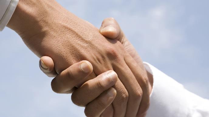 飛び込み営業が成功し握手するビジネスマン