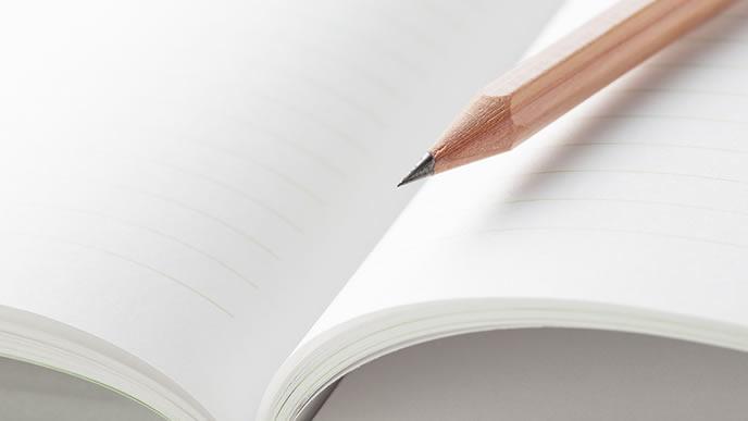 書類を書くための鉛筆とノート