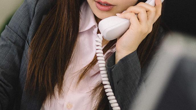 顧客の対応に追われる女性社員