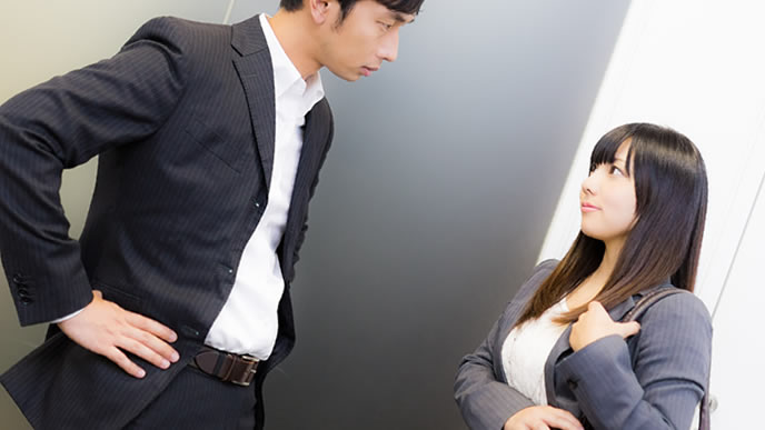 上司とクビになった理由について話す女性