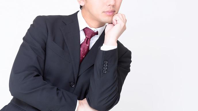 会社を解雇になった理由を探る男性