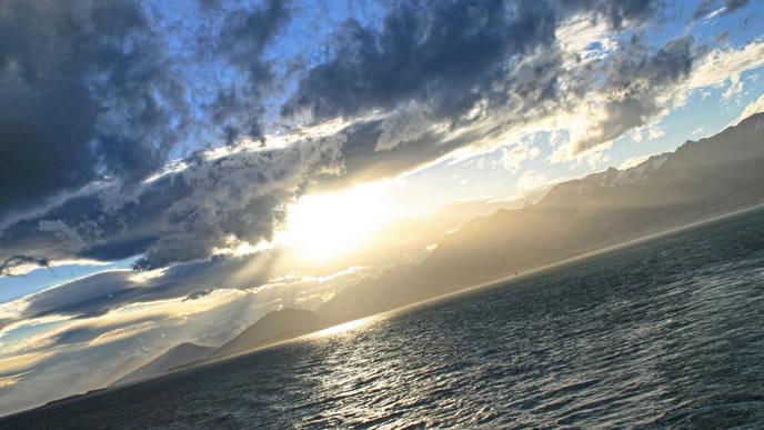 希望が感じられる海辺の朝日