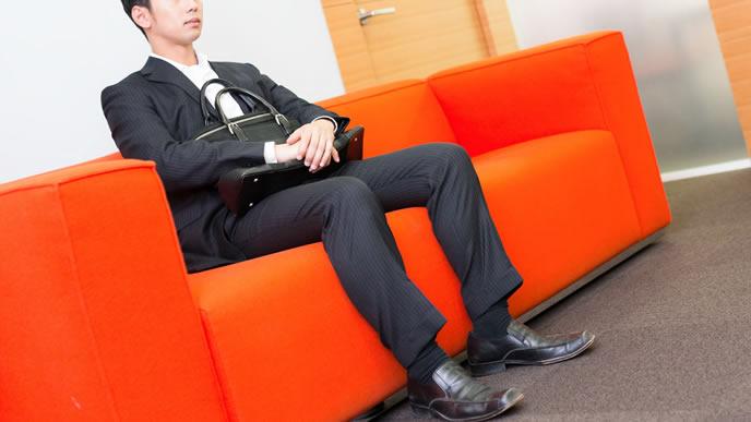 仕事の打ち合わせに緊張する男性