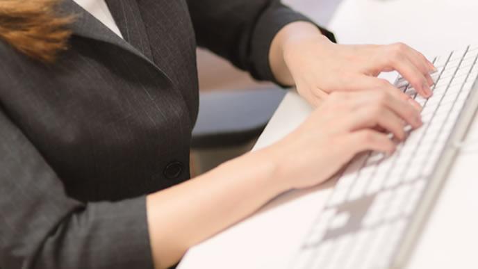 事務職の資格を勉強中の女性