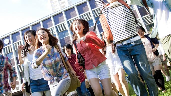 未来へ向かい走り出す大学生