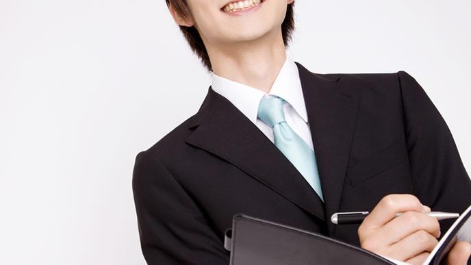 就職したい業界の情報を集める就活生