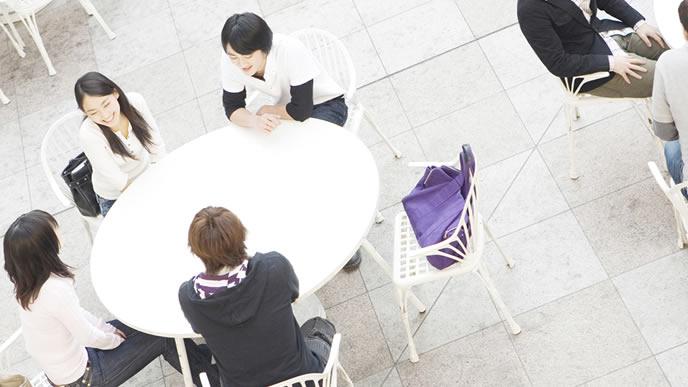 就職活動についてミーティングをする大学生