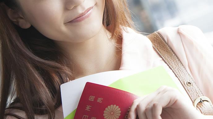 パスポートを持って留学に向かう女性