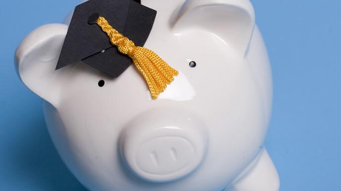 奨学金を溜め込んでいる貯金箱