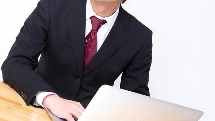 ビジネスメールに時候の挨拶を取り入れる会社員