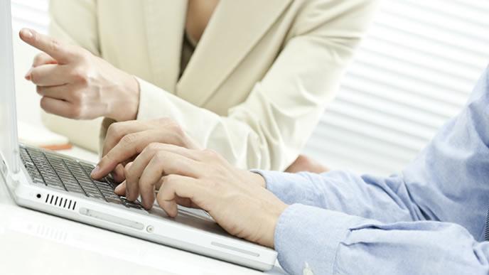 英語メールの方法を教える先輩社員