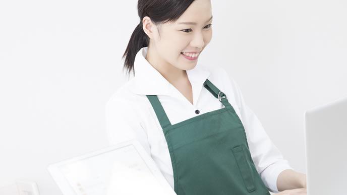 短期で事務の仕事へ派遣される女性