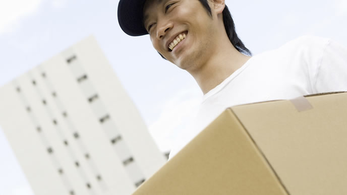 引っ越しの短期アルバイトをする男性