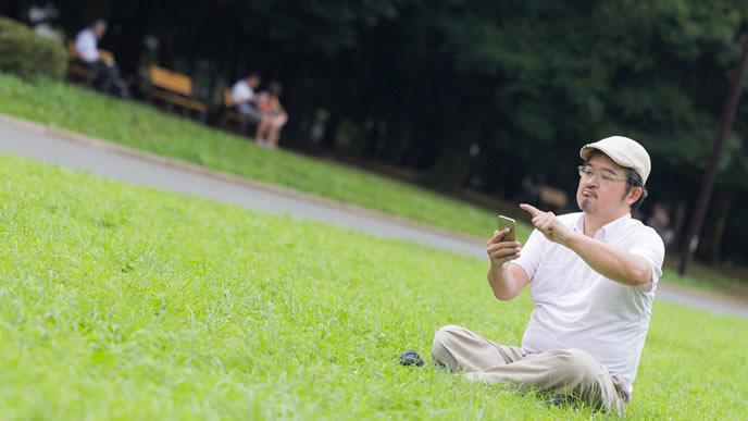 失業して公園で時間を潰すお父さん