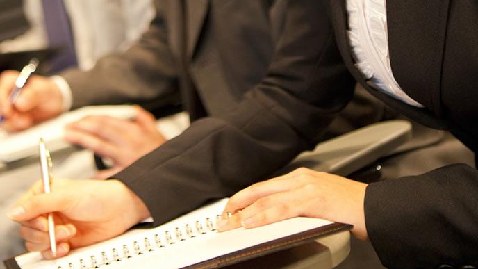 手紙の書き方を習う受講生