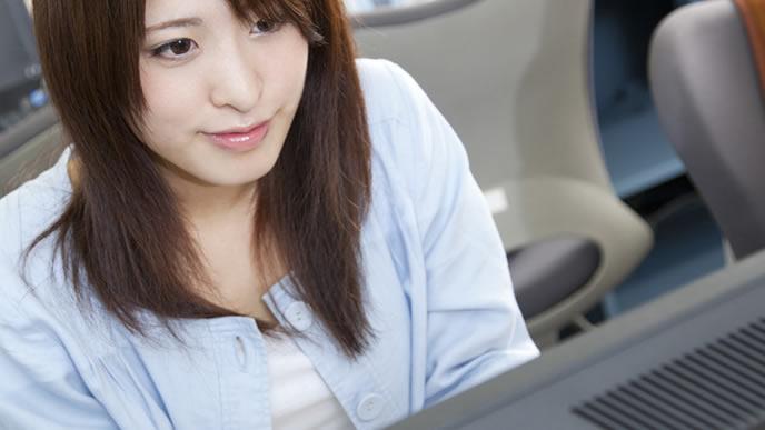 パソコンで企業に応募する女子大生