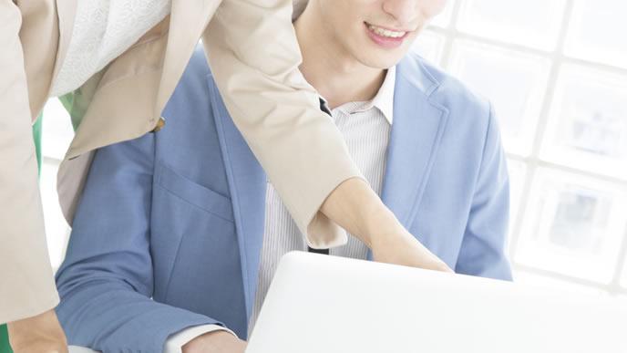 ビジネスメールの使い方を指導する会社員