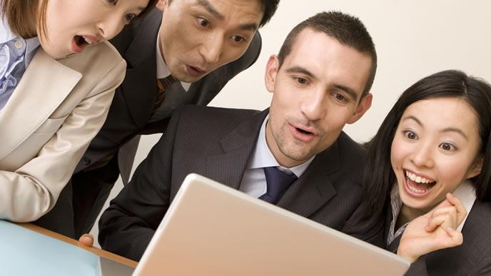 会社の研修内容をチェックする新入社員